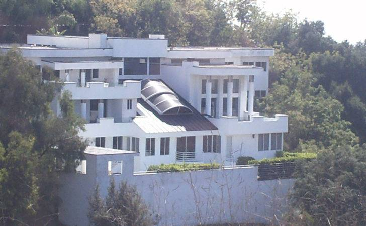 Leo Dicaprio Faces Neighbor Trouble His Hollywood Hills